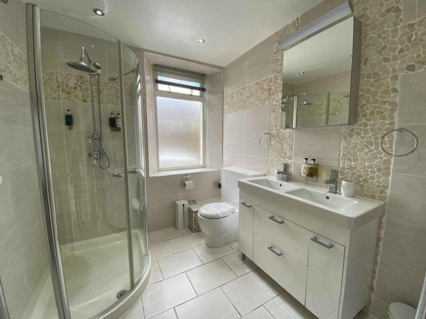Ensuite bathroom for Troon bedroom
