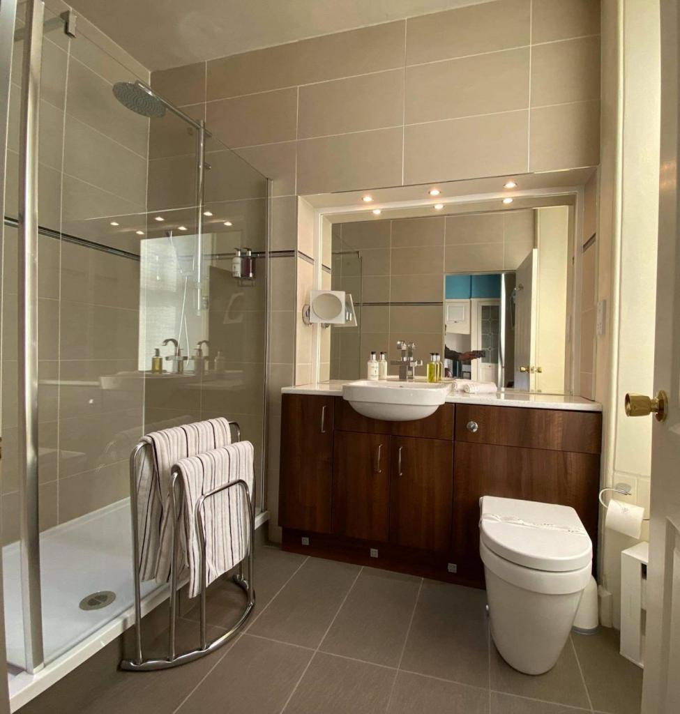 Ensuite bathroom for Turnberry bedroom