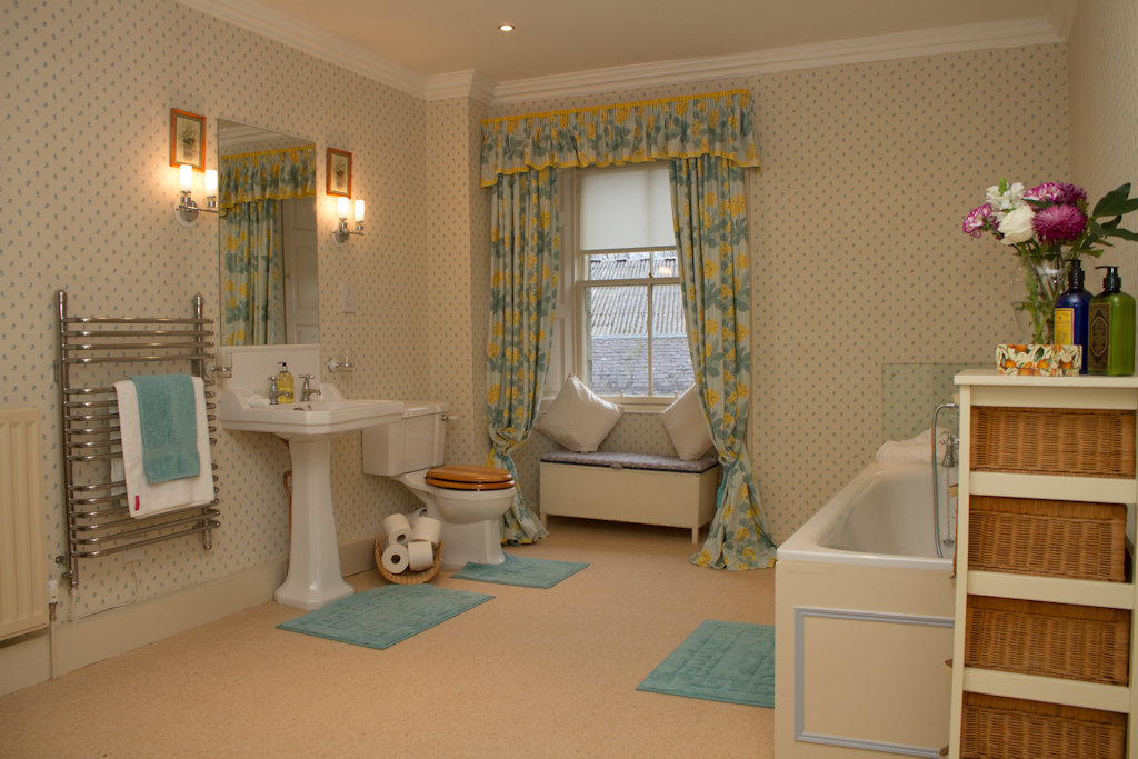 Abbotshaw House B&B - Attic suite bathroom